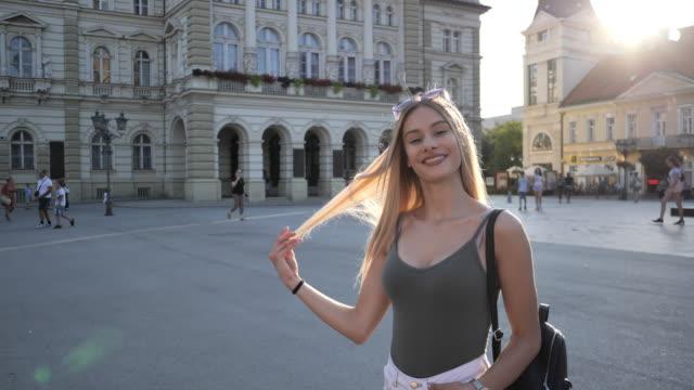 stockvideo's en b-roll-footage met tiener meisjes in de zomer-slow motion - alleen één tienermeisje