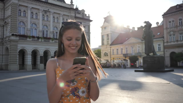 stockvideo's en b-roll-footage met tiener meisjes in de zomer met behulp van mobiele telefoon-slow motion - alleen één tienermeisje