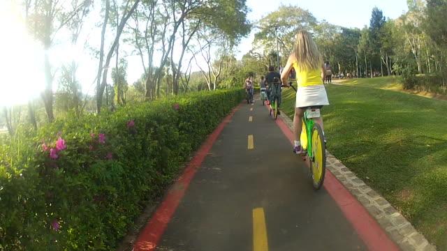 teenage girls riding bicycle on byke lane - endast en tonårsflicka bildbanksvideor och videomaterial från bakom kulisserna