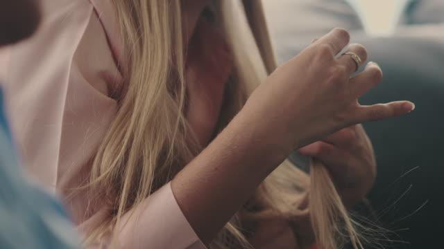 vídeos y material grabado en eventos de stock de chicas adolescentes tímidas - cabello largo