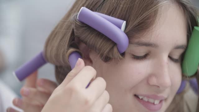 4 k : 10 代の少女宿泊美容トリートメントです。 - hair treatment点の映像素材/bロール