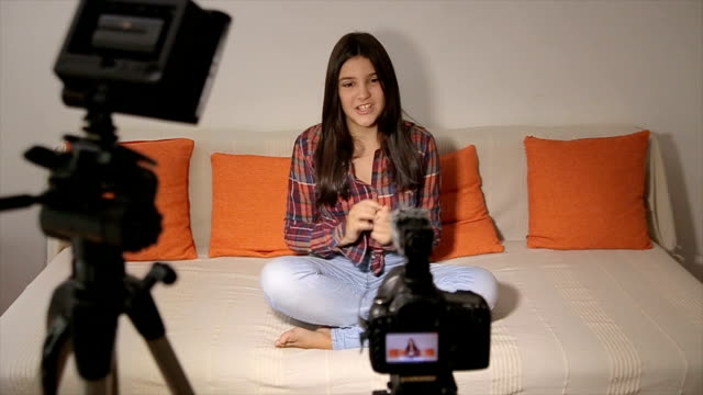 vidéos et rushes de teenage girl-video blog pour youtube - blog