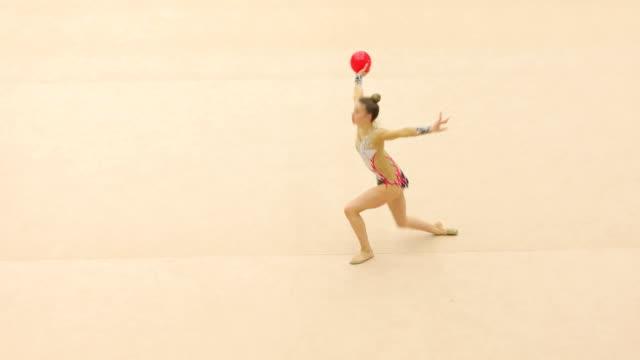 Teenager Rhythmische Sportgymnastik Sportler üben mit Ball