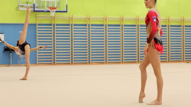 vídeos y material grabado en eventos de stock de atletas de gimnasia rítmica adolescentes practican - deporte de competición