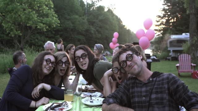 große familie teenager selfie party im freien - tischflächen aufnahme stock-videos und b-roll-filmmaterial
