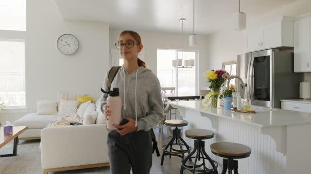 vídeos de stock, filmes e b-roll de estudante adolescente em casa - só uma adolescente menina