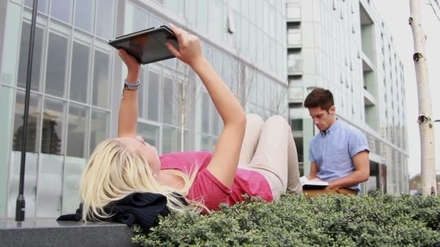 teenage studenten studieren außerhalb - lesebrille stock-videos und b-roll-filmmaterial