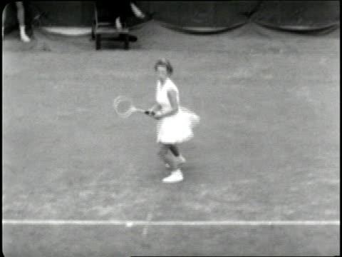 vídeos de stock e filmes b-roll de teenage tennis player maureen connolly wins the 1952 u.s. open. - 1952