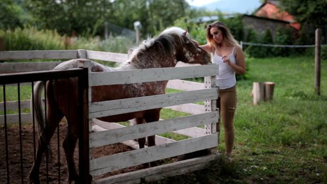 Teenagegirl mit Pferd außerhalb