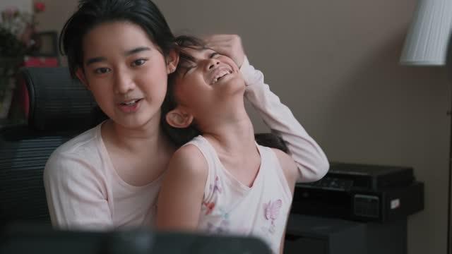 teenager-bloggerundin und schwester kommunikation mit publikum auf live-streaming zu hause. - content stock-videos und b-roll-filmmaterial
