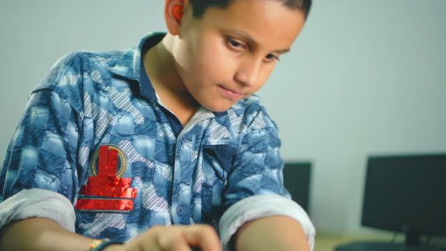 teenager junge lernt und behebt das hardwareproblem eines computers. - ausdruckslos stock-videos und b-roll-filmmaterial