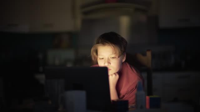 vídeos y material grabado en eventos de stock de un adolescente trabajando en su trabajo escolar en casa - culturas
