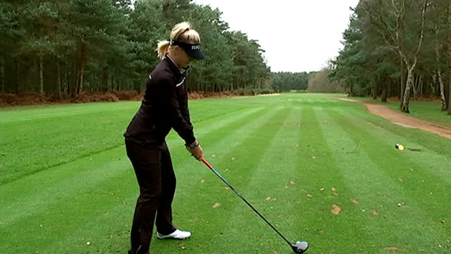 vídeos de stock e filmes b-roll de teenager charley hull tops ladies european tour earnings; england: ext charley hull practising her golf drive on golf course - golf