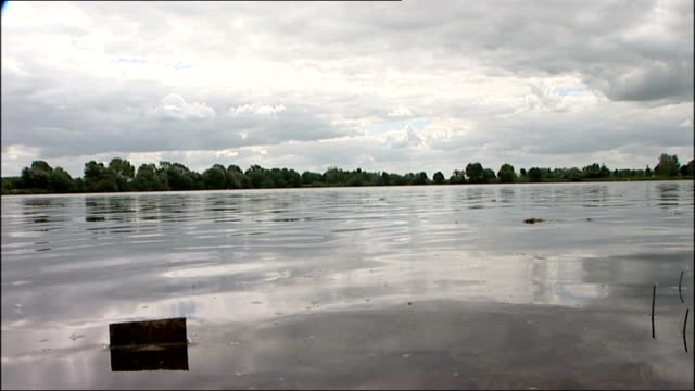 teenager dies after falling a lake in the cotswolds england gloucestershire cotswold water park ext general view of people at shore of lake where... - seeufer stock-videos und b-roll-filmmaterial