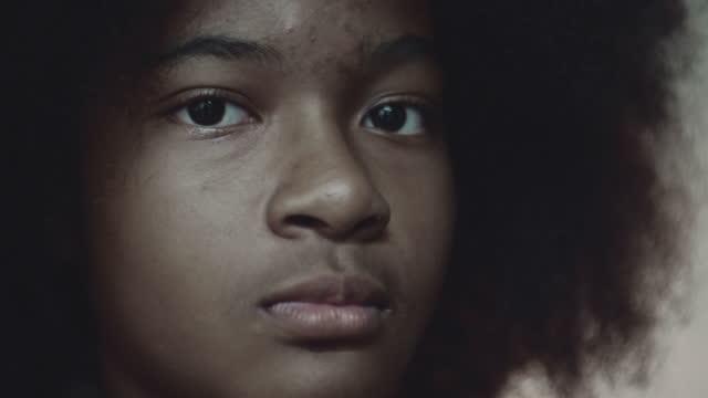 stockvideo's en b-roll-footage met de emotie van de tiener - zwart etniciteit