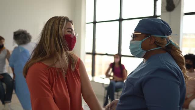 teenager-mädchen geimpft - tragen gesichtsmaske - 16 17 jahre stock-videos und b-roll-filmmaterial