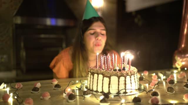 vidéos et rushes de fille d'adolescent soufflant des bougies sur le gâteau d'anniversaire - 18 19 ans