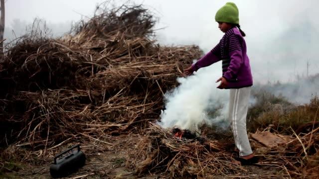 Teenager Mädchen brennen Strass während der Wintersaison