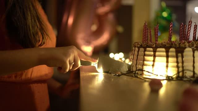 vidéos et rushes de gâteau d'anniversaire de coupe de fille d'adolescent - anniversaire d'un évènement