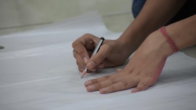 teenager mädchen macht kunst auf weißem papier - nur weibliche teenager stock-videos und b-roll-filmmaterial