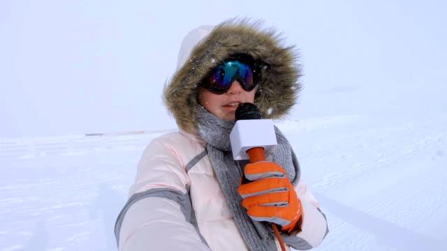 vidéos et rushes de nouvelles de hiver rapports adolescent fille - reportage
