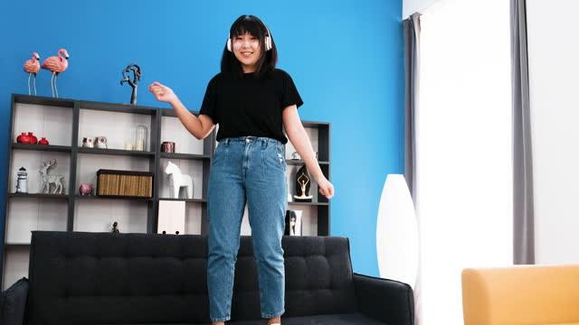 vídeos de stock, filmes e b-roll de adolescente sentada no sofá e ouvindo música - só uma adolescente menina