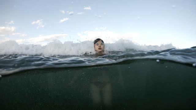海の波でまじめる - 音声あり点の映像素材/bロール