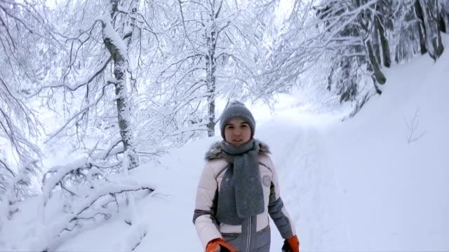 teenager-mädchen, die zu fuß in der verschneiten winterwald - siebenbürgen stock-videos und b-roll-filmmaterial