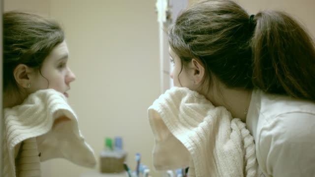 Teenager-Mädchen Tücher Gesicht mit Handtuch in die nationalen Badezimmer