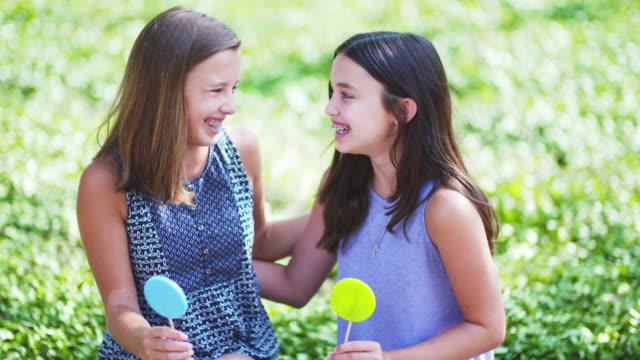 vídeos de stock e filmes b-roll de teenager girls - 12 13 anos
