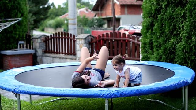 vídeos de stock, filmes e b-roll de adolescente se divertindo com sua menina de bebê fofo irmão - bebês meninas
