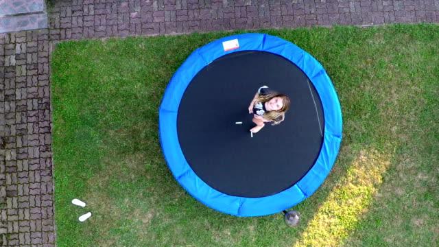 tiener springen op de trampoline