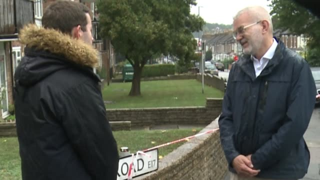 teenager killed in east london shooting england london walthamstow ext andrew boff interview sot police officer holding umbrella by cordon across... - itv london tonight weekend点の映像素材/bロール