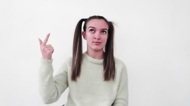 teenager-porträts. spaß haben und zwinen. teen geist. zählen von eins bis zehn. - zählen stock-videos und b-roll-filmmaterial