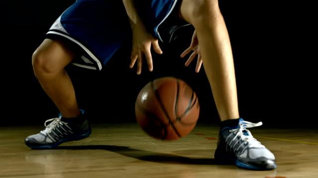 vidéos et rushes de hd: adolescent pratiquant le basketball dribbler - ballon de basket