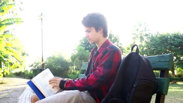 vídeos y material grabado en eventos de stock de adolescente lectura (hd) - ortografía