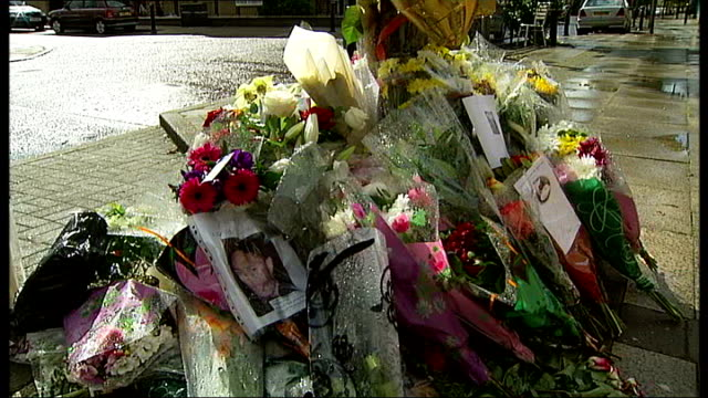 vídeos de stock e filmes b-roll de three men questioned by police england south london peckham ext general views street where mcfarlane was killed floral tributes/bouquets of flowers... - peckham