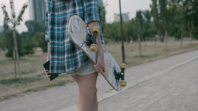 vídeos de stock e filmes b-roll de teenager taking a walk in the park - teenage girls