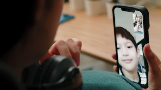 vídeos de stock, filmes e b-roll de adolescente falando em chamada de vídeo com o irmão. - smart