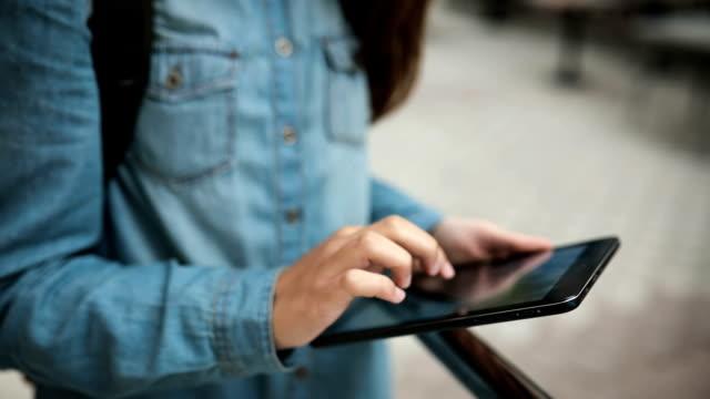 Teenager nutzt digital-Tablette auf der Straße