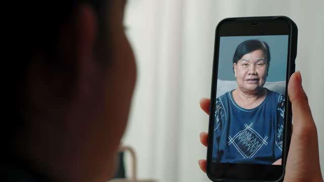 vídeos de stock, filmes e b-roll de vídeo de adolescente com avó no celular - smart