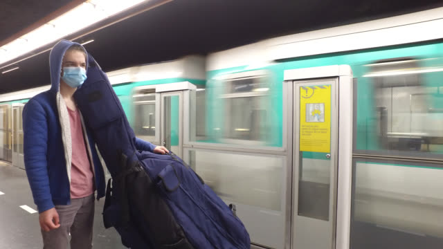 vídeos de stock e filmes b-roll de a teenager waits for a train on may 12 2020 in paris france france has started a progressive relaxation of its foreclosure measures and restrictions... - pano de protecção