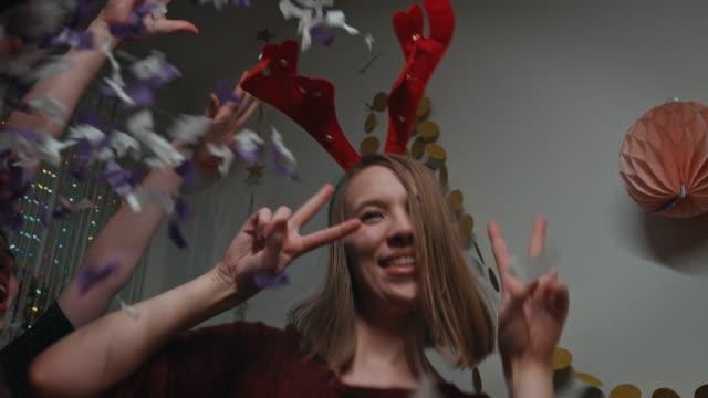 teenager mit rentier haarreif party tanzen - gehörn stock-videos und b-roll-filmmaterial