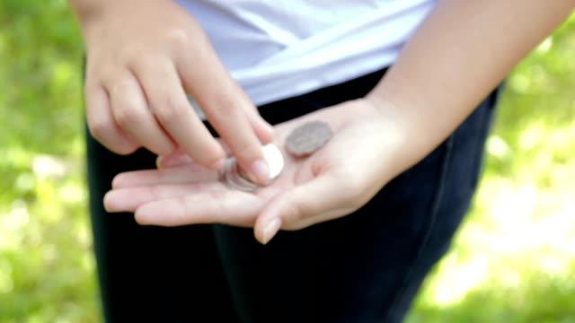 vídeos de stock e filmes b-roll de teenagers are counting coins. - segurar