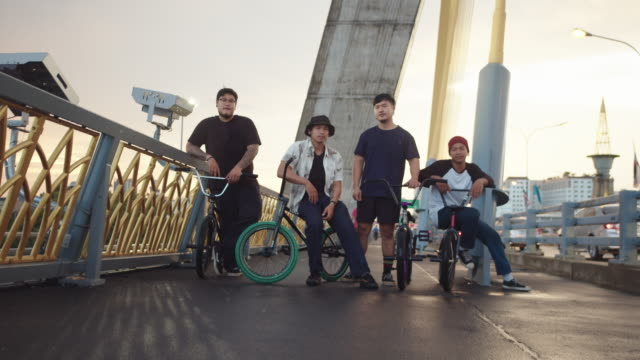 teenager bmx-fahrer radfahren in bangkok stadt. - risiko stock-videos und b-roll-filmmaterial