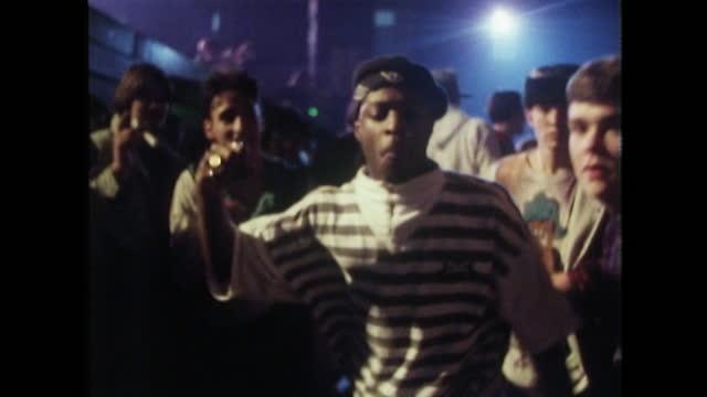 vidéos et rushes de teenagers dancing at a rap concert in london; 1989 - 1980 1989