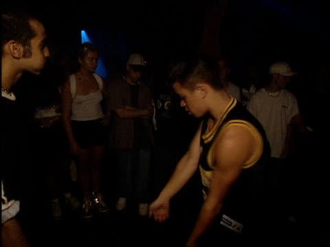 vidéos et rushes de teenagers dancing in nyc nightclub - breakdance