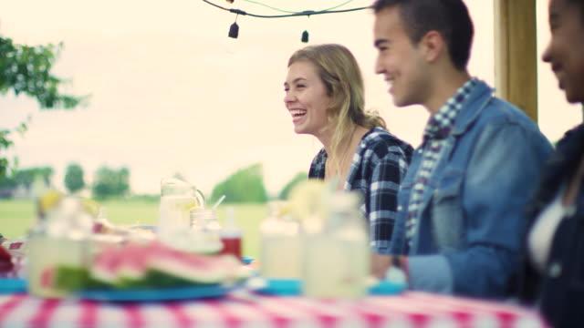 vidéos et rushes de les adolescents traînant dehors et ayant un bbq pendant l'été - barbecue jardin