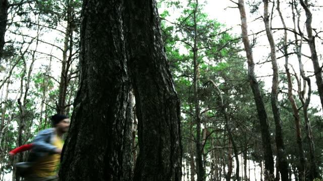 Teenager im Wald.