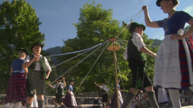ms pan la teenagers in traditional clothing dancing around maypole at tegernsee folk festival, tegernsee, bavaria, germany - traditioneller tanz stock-videos und b-roll-filmmaterial